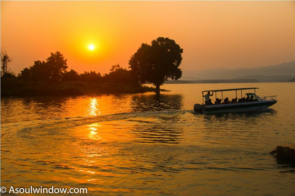 Sunrise boat ride in Satpura on Denwa river